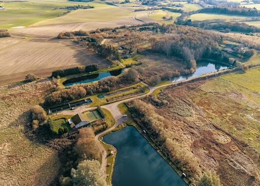 Landejendom på Hedemølle Kirkevej i Hovedgård - Luftfoto