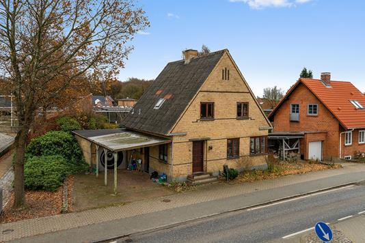 Villa på Hovedgaden i Tinglev - Set fra vejen