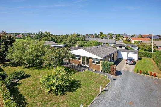 Villa på Rønhave Parkvej i Karrebæksminde - Set fra vejen