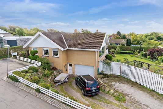 Villa på Bukketornvej i Frederiksværk - Set fra vejen