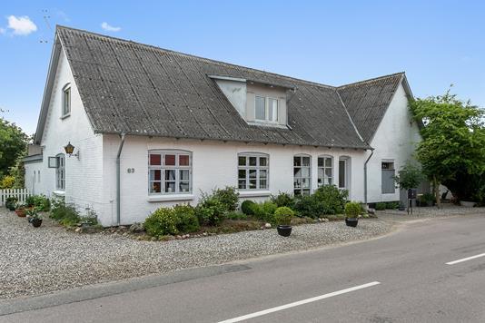 Villa på Alrøvej i Odder - Set fra vejen