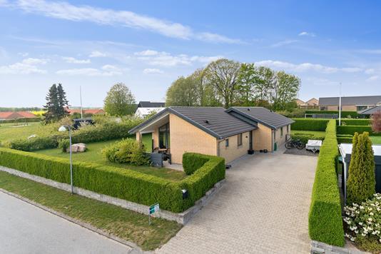 Villa på Rønhøjs Ager i Odder - Set fra vejen