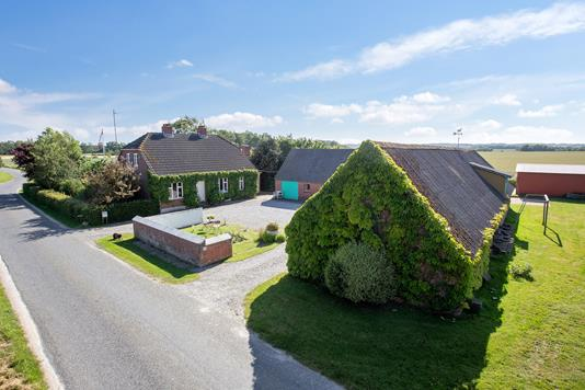 Landejendom på Rørth Skovvej i Odder - Set fra vejen