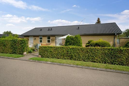 Villa på Højvænget i Odder - Set fra vejen