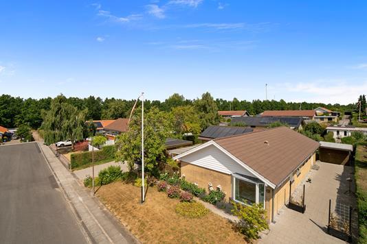 Villa på Kirkevænget i Tranbjerg J - Set fra vejen