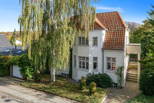 Villa på Asger Jorns Vej i Højbjerg - Set fra vejen