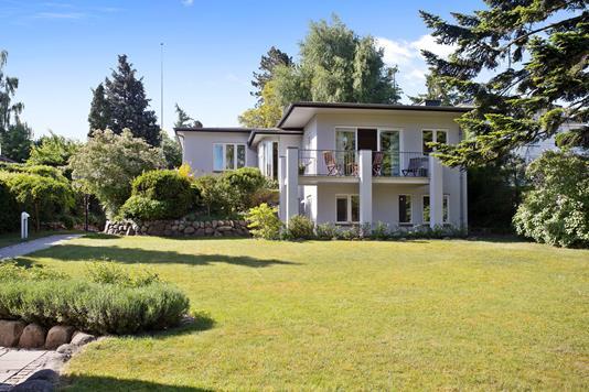Villa på Dronninggårds Alle i Holte - Set fra haven