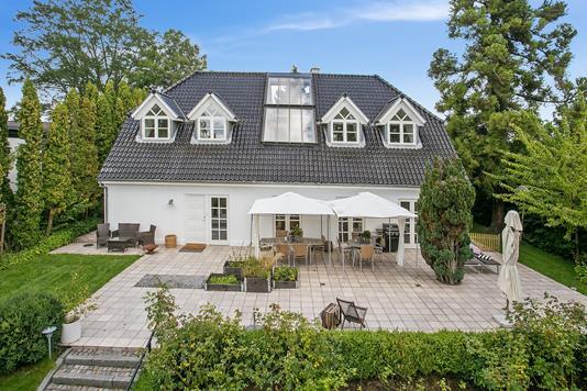 Villa på Nordre Paradisvej i Holte - Ejendommen