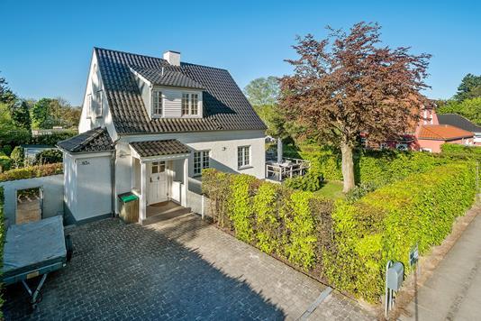 Villa på Krogholmgårdsvej i Vedbæk - Set fra vejen