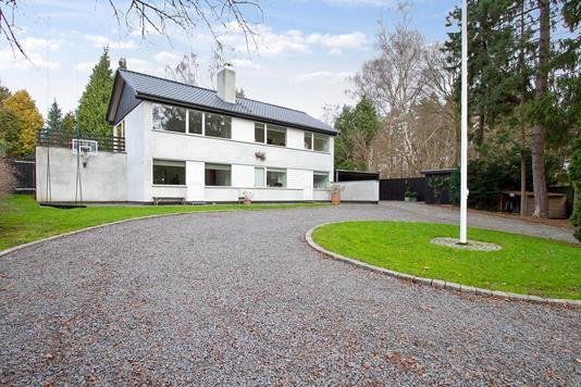 Villa på Skodsborgvej i Holte - Set fra vejen