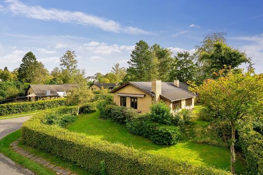 Villa på Paradishegnet i Holte - Set fra vejen