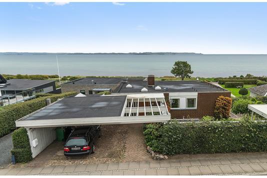 Villa på Egå Strandvej i Egå - Ejendommen