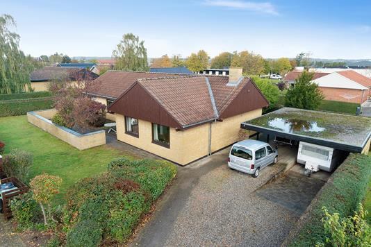 Villa på Byløkken i Risskov - Set fra vejen