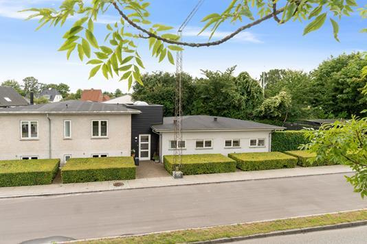 Villa på Vestre Strandallé i Risskov - Set fra vejen