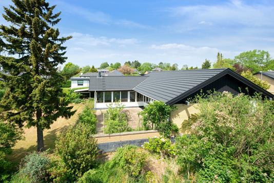Villa på Fyrrebakken i Lystrup - Ejendommen