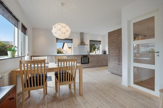 Villa på Rønne Alle i Hirtshals - Køkken alrum