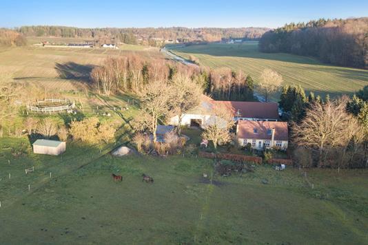 Landejendom på Ryvej i Them - Luftfoto