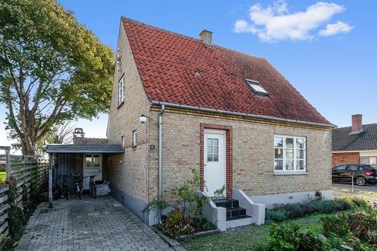 Villa på Rønne Alle i Svinninge - Set fra vejen
