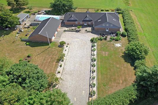 Landejendom på Damhusvej i Løgumkloster - Luftfoto
