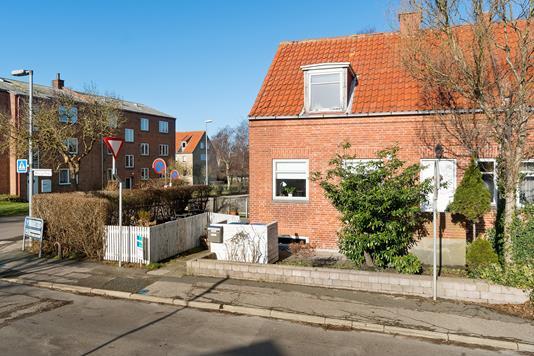 Villa på Madvigs Plads i Nykøbing Sj - Set fra vejen