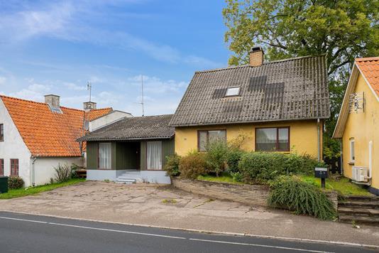 Villa på Højby Hovedgade i Højby - Set fra vejen