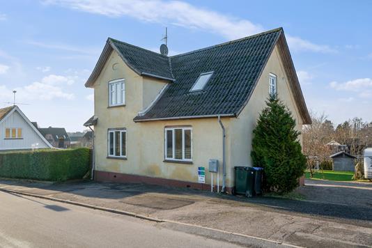 Villa på Gl Nykøbingvej i Nørre Asmindrup - Set fra vejen