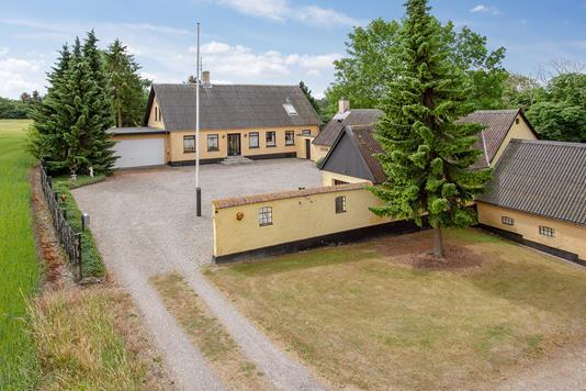 Landejendom på Vejlagervej i Vemmelev - Set fra vejen