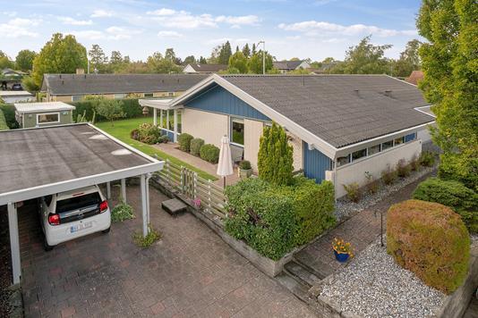 Villa på Kongens Vænge i Hillerød - Set fra vejen