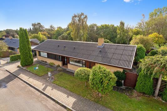 Villa på Anders Uhrskovsvej i Hillerød - Set fra vejen
