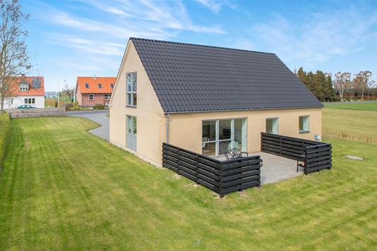 Villa på Tved Bygade i Knebel - Ejendommen