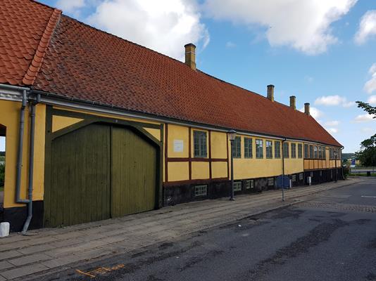 Rækkehus på Nytorv i Skælskør - Set fra vejen
