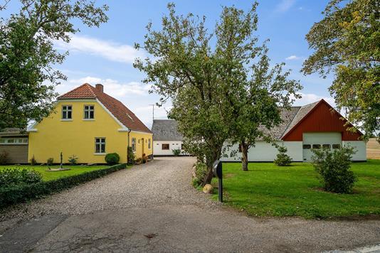 Landejendom på Sønder Bjergevej i Dalmose - Set fra vejen