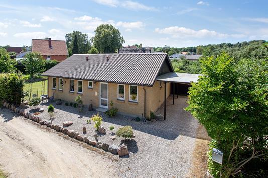 Villa på Dalstrøget i Rude - Set fra vejen