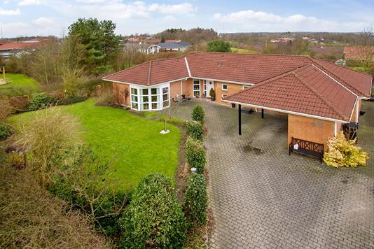 Villa på Hulvejen i Støvring - Set fra vejen
