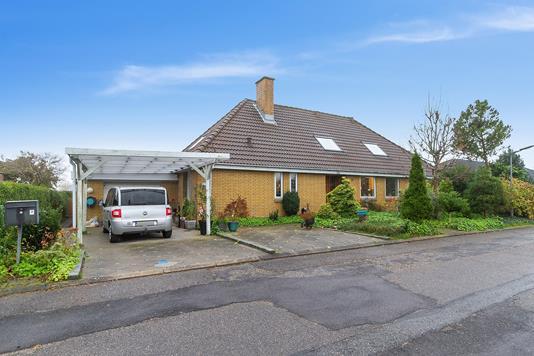 Villa på Vestre Alle i Støvring - Set fra vejen
