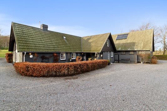 Landejendom på Skovhusevej i Bælum - Set fra vejen