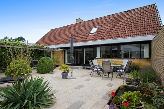 Villa på Bavnebakken i Støvring - Set fra vejen