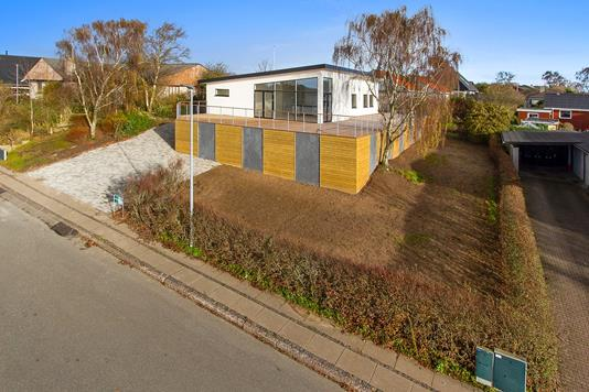Villa på Dr. Louises Vej i Aars - Set fra vejen