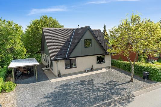 Villa på Skovvænget i Nibe - Set fra vejen