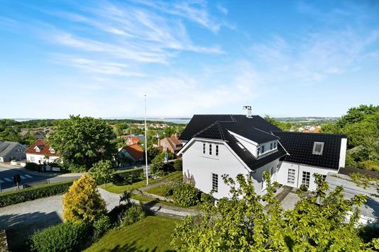 Villa på Hovedgaden i Rønde - Ejendommen