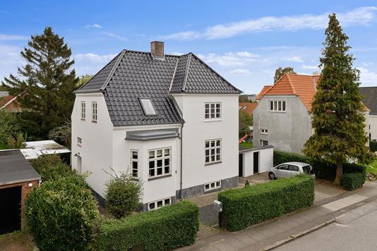 Villa på H.C. Andersens Vej i Åbyhøj - Set fra vejen