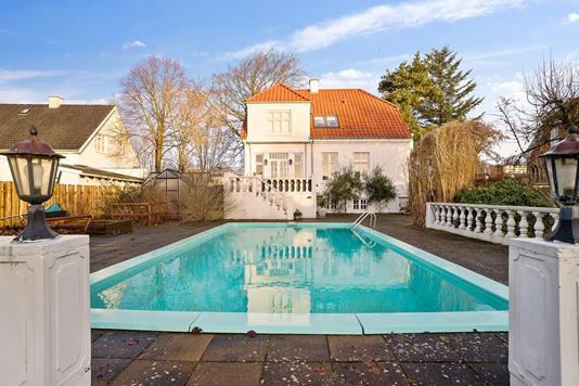 Villa på Hovedgaden i Brabrand - Ejendommen