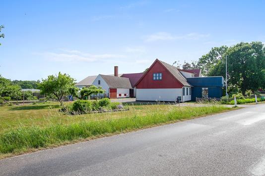 Landejendom på Røbrovej i Gudhjem - Set fra vejen