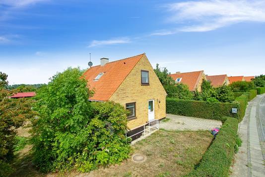 Villa på Buen i Rønne - Set fra vejen
