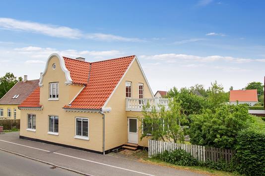 Villa på Nyker Hovedgade i Rønne - Set fra vejen