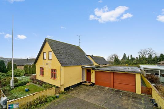 Villa på Engvej i Aakirkeby - Set fra vejen
