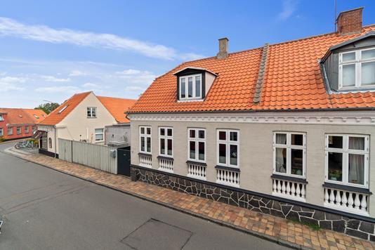Rækkehus på Lille Madsegade i Rønne - Set fra vejen