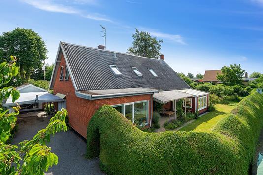 Villa på Pilegårdsvej i Rønne - Set fra vejen