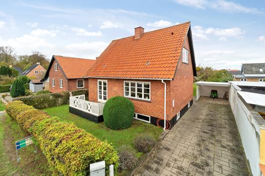 Villa på Vinkelvej i Rønne - Set fra vejen