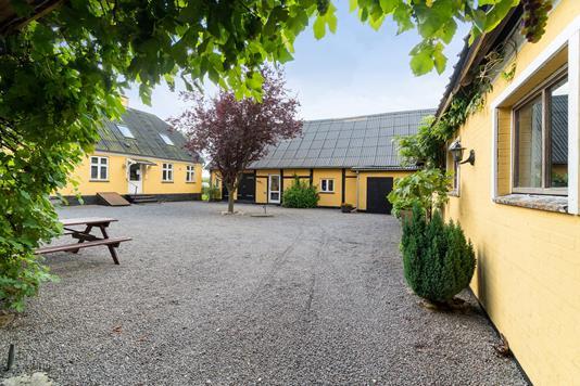 Villa på Åsedamsvej i Gudhjem - Gårdsplads